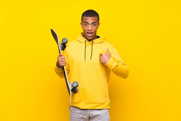 驚きの表情を持つアフリカ系アメリカ人のスケーター男 Premium写真