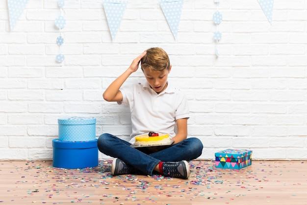 ケーキで彼の誕生日を祝って驚いた少年 Premium写真