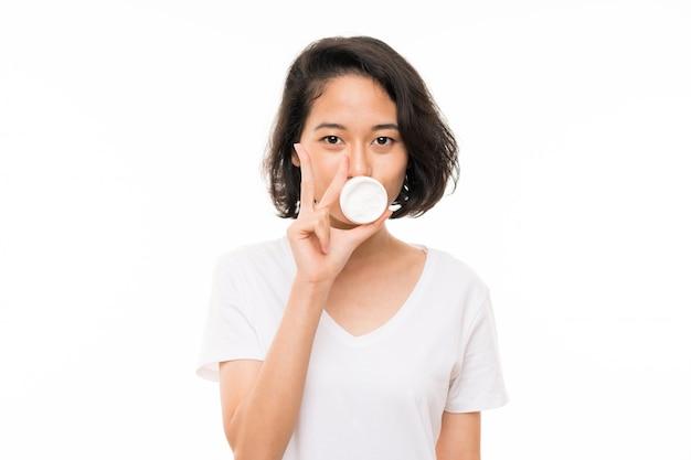 Азиатская молодая женщина более изолированных с увлажняющим Premium Фотографии