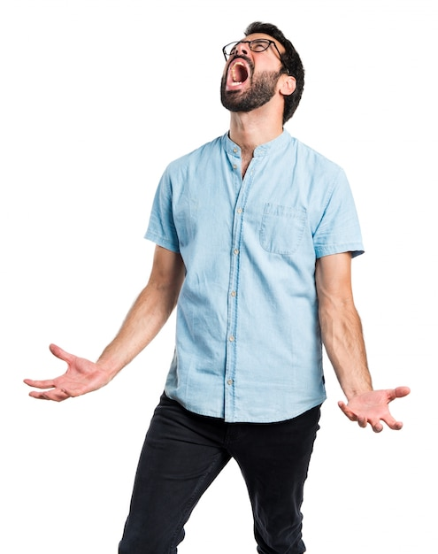 怒っているハンサムな男が叫ぶ 無料写真
