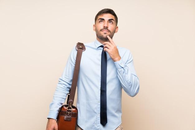 アイデアを考えてひげと若いビジネス Premium写真