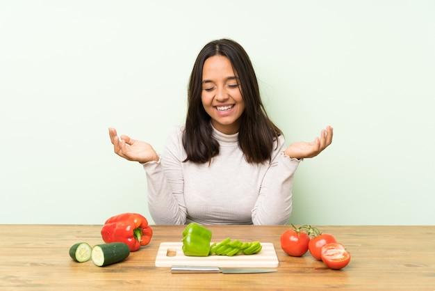 笑っている野菜と若いブルネットの女性 Premium写真