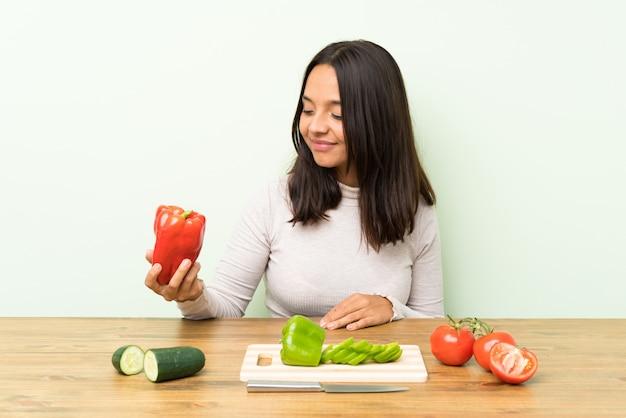 Молодая брюнетка с большим количеством овощей Premium Фотографии