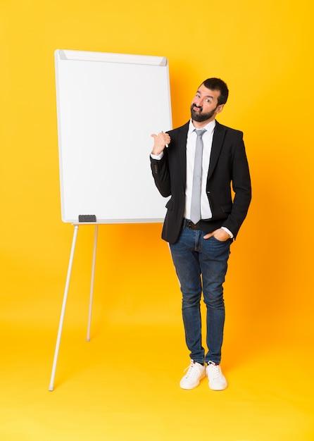 Полнометражный снимок бизнесмена, давая представление на белой доске Premium Фотографии