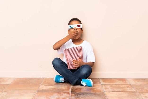 ポップコーンを保持しているアフリカ系アメリカ人の少年 Premium写真