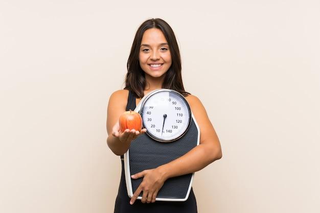 計量機を持つ若いスポーツ少女 Premium写真