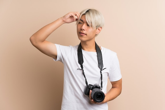 プロのカメラと考えて若いアジア人 Premium写真