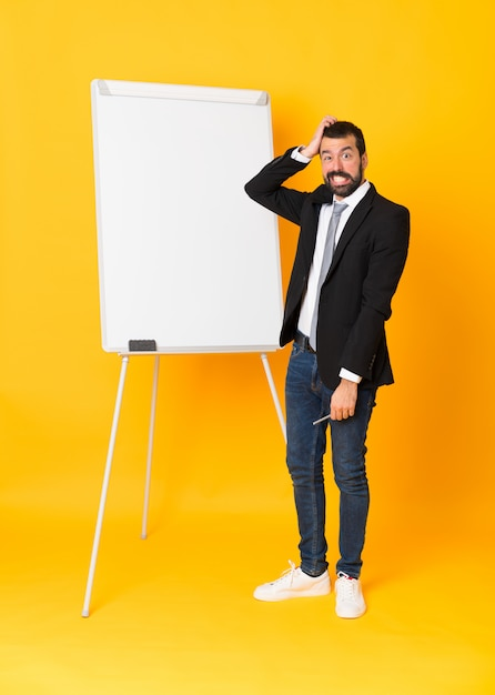 ホワイトボードでプレゼンテーションを行う実業家の全身ショット Premium写真