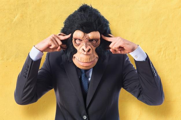 白い背景を考えている猿の男 無料写真