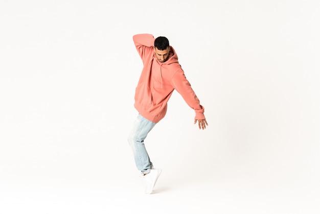 孤立した白でストリートダンススタイルを踊る男 Premium写真