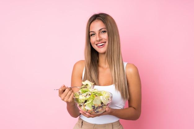サラダと若いブロンドの女性 Premium写真