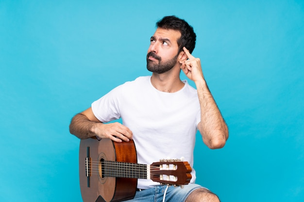 ギターを持つ若い男 Premium写真