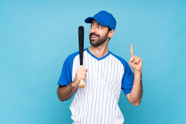 指を上向きのアイデアを考えて野球をしている若い男 Premium写真