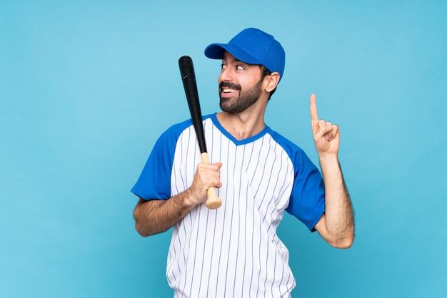 指を持ち上げながら解決策を実現しようとしている野球をしている若い男 Premium写真