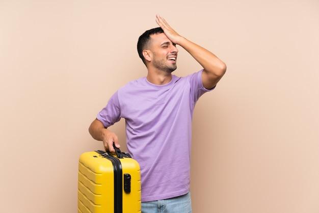 スーツケースを保持している男は何かを実現し、解決策を意図している Premium写真