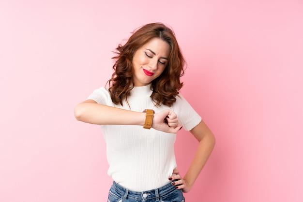 Молодая женщина смотрит наручные часы Premium Фотографии