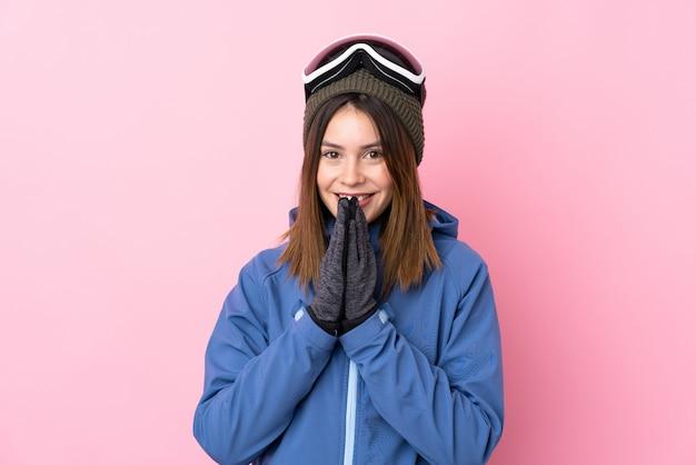 ピンクの壁の上のスキーグラスを持つ若い女性 Premium写真
