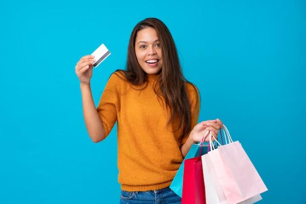 買い物袋を持つ若いブラジル人女性 Premium写真