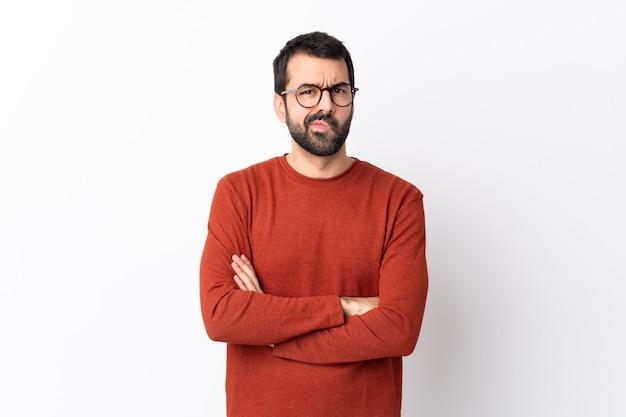 分離の白い壁の気分を害するひげの白人のハンサムな男 Premium写真