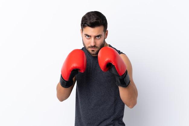 ボクシンググローブと白でひげを持つ若いスポーツハンサムな男 Premium写真