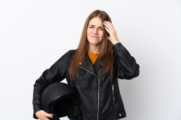 オートバイのヘルメットを持つ若い女性 Premium写真