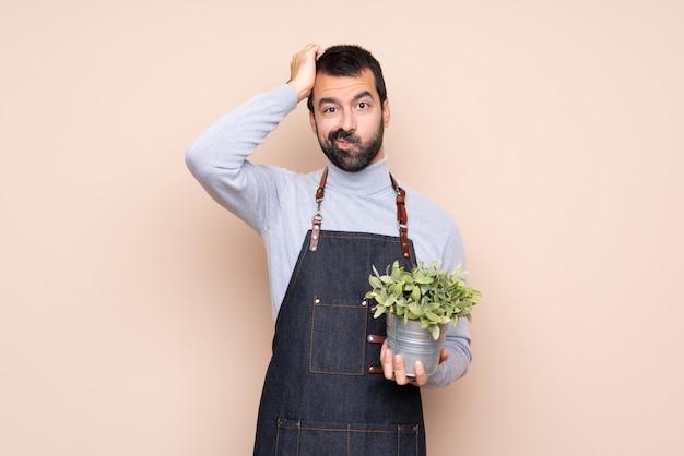 彼の手に植物を持つ庭師男 Premium写真