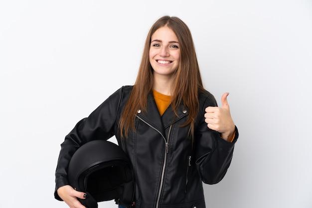 孤立した壁の上のオートバイのヘルメットを持つ女性 Premium写真