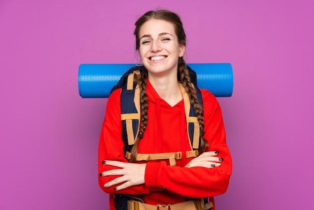 孤立した壁を越えて登山バックパックを持つ女性 Premium写真