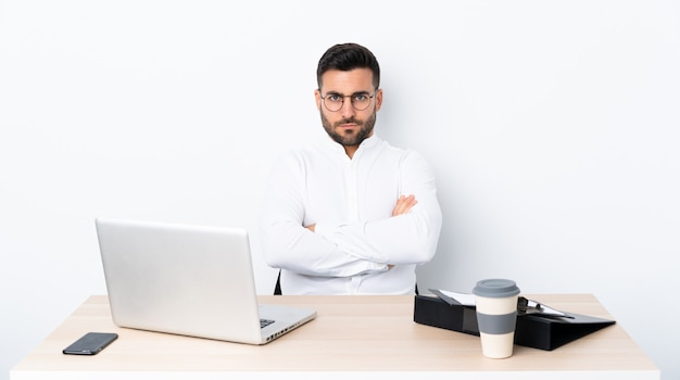 Молодой бизнесмен на рабочем месте, расстроен Premium Фотографии