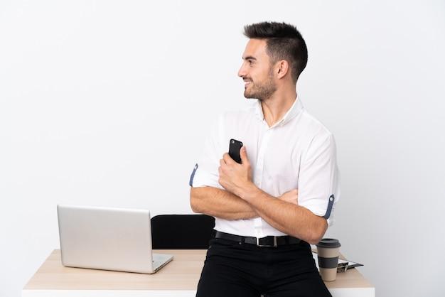 Деловой человек с бородой на рабочем месте Premium Фотографии