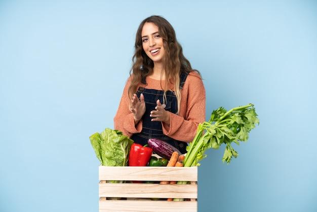 会議でのプレゼンテーション後に拍手ボックスで摘みたての野菜を持つ農家 Premium写真