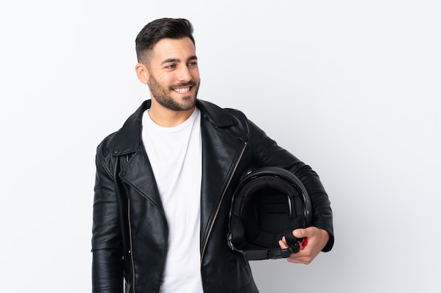 Человек с мотоциклетным шлемом смеется Premium Фотографии