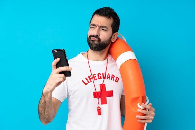 Спасатель человек над синей стеной мышления и отправки сообщения Premium Фотографии