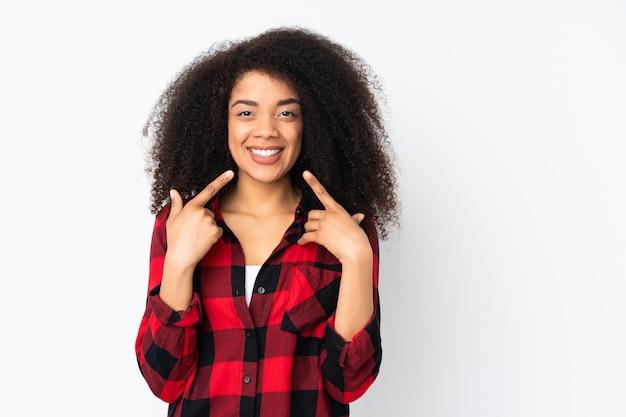 Молодая афро-американская женщина над стеной давая жест больших пальцев руки вверх Premium Фотографии