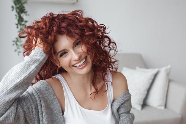 Очень привлекательная молодая женщина крупным планом портрет. красивая женская крытый. Premium Фотографии