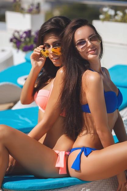 Девушки на пляже Premium Фотографии