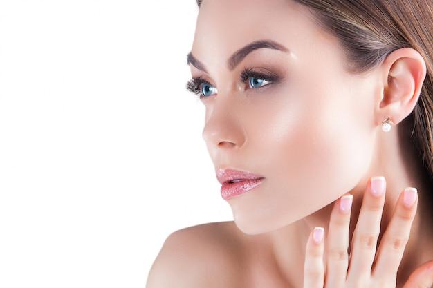 Портрет красоты. молодая красивая белокурая женщина. привлекательная женщина на белом. леди демонстрирует макияж Premium Фотографии