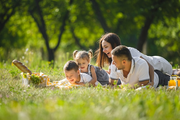 Счастливая семья на пикнике Premium Фотографии