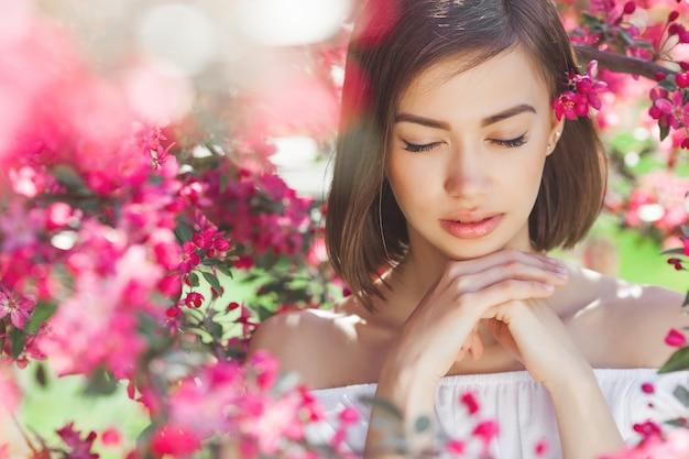Крупным планом портрет молодой красивой женщины с идеальной гладкой кожей. привлекательная дама в цветах. лицевой портрет красивой девушки. Premium Фотографии