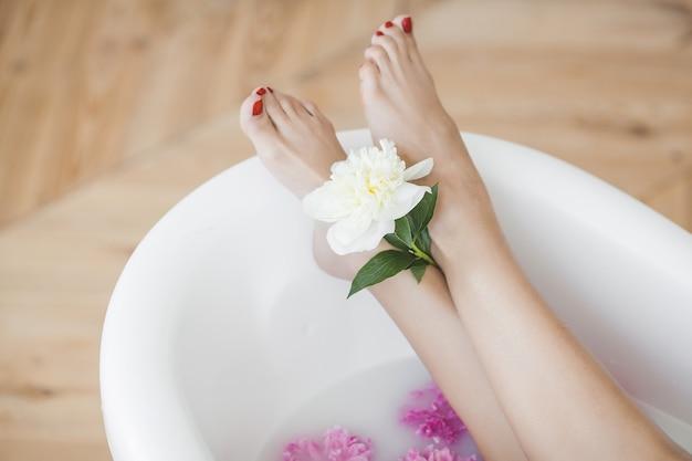 お風呂で女性の足 Premium写真