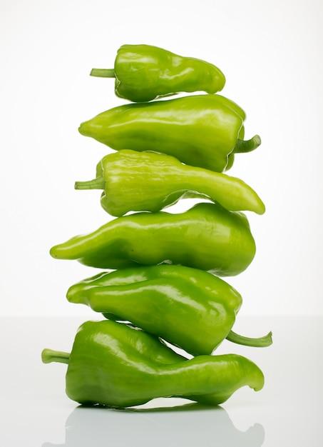 Башня зеленого перца, здоровая пища Premium Фотографии