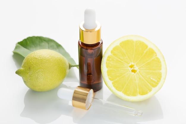 白い背景に分離されたレモンエッセンシャルオイル。かんきつ油 Premium写真