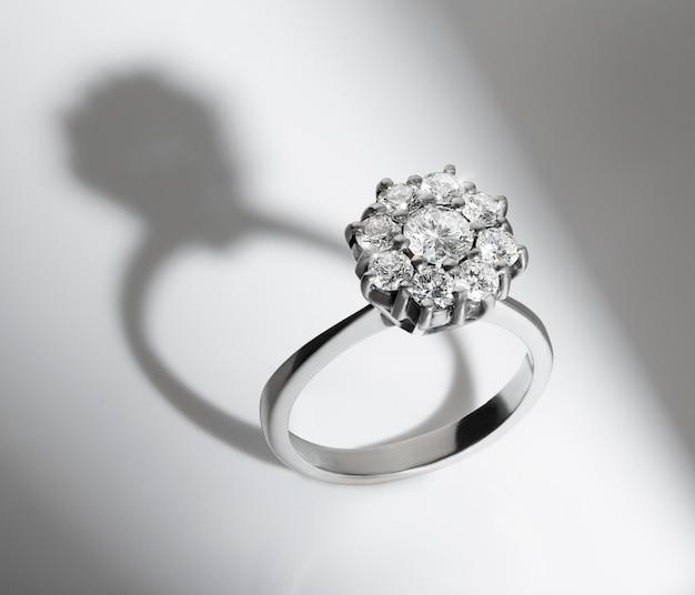 白い背景の上の婚約ダイヤモンドリング Premium写真