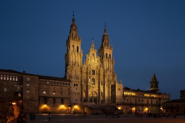 夜のサンティアゴデコンポステーラ大聖堂ビュー Premium写真