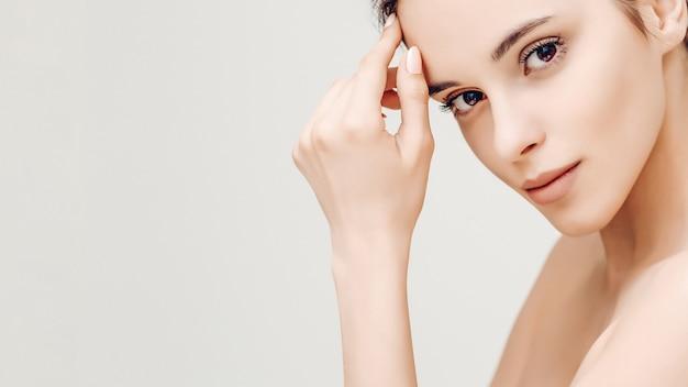 若い女性の自然の美しさの肖像画 Premium写真
