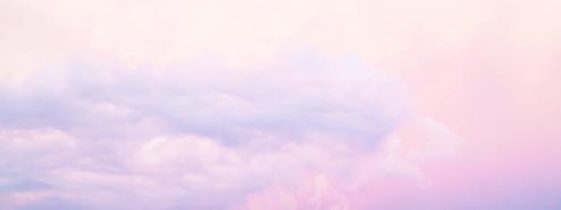 カラフルな曇りの明るい夕焼け空の抽象的なテクスチャ背景 Premium写真