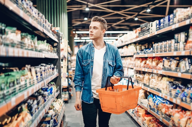 スーパーマーケットの若い男 Premium写真
