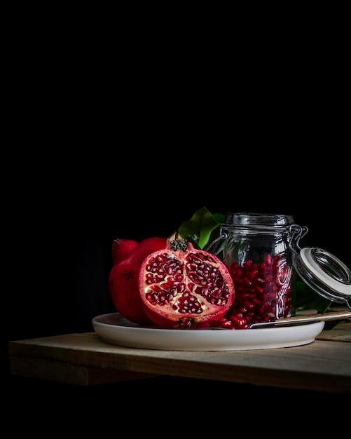 ザクロ。季節のフルーツ。ザクロの種子。 Premium写真