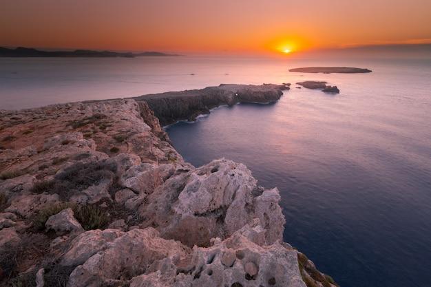 Кавалерия маяк на северной крышке острова менорка, испания. Premium Фотографии