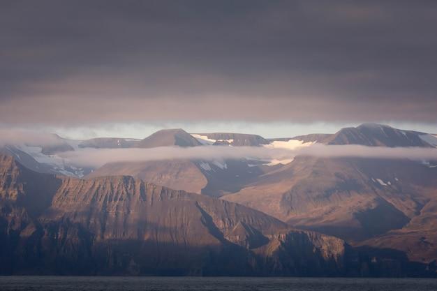 北アイスランドのフサビク近くの崖と海。 Premium写真